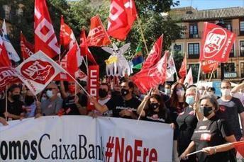 Cerca de 200 trabajadores vuelven a concentrarse en Toledo para pedir un ERE 'razonable' en Caixabank