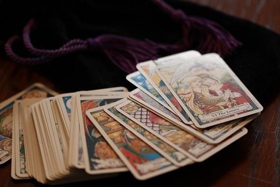 Encuentra el camino hacia la felicidad a través del tarot económico y al alcance de todos