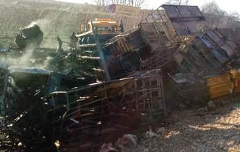 La autovía A-30 tuvo que ser cortada en Hellín (Albacete) tras la colisión entre varios camiones