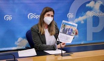 Carolina Agudo con una foto de la noticia de Vicente Casañ.