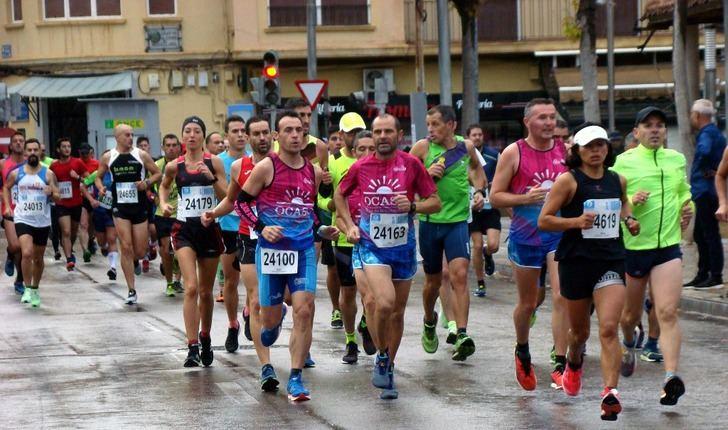 Eva Moreno y Andrés Micó ganaron la XXXII Media Maratón Ciudad de Hellín, con la lluvia como testigo