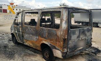 Dos vecinos de Caudete, uno menor de edad, detenidos por quemar un contenedor y una furgoneta