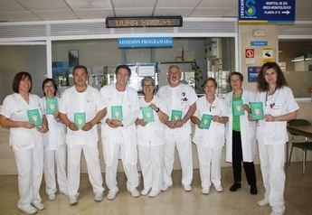 Celadores del Hospital de Cuenca editan una divertida carpeta para hacer visible su trabajo y acercarse a los pacientes
