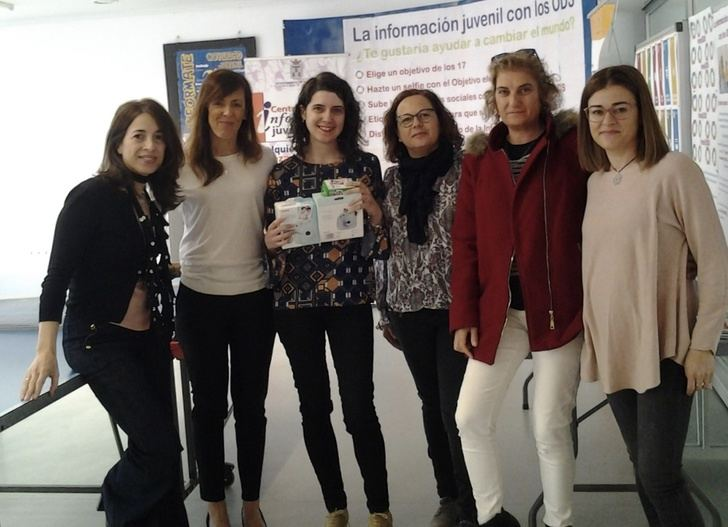 El Centro Joven del Ayuntamiento de Albacete entrega un premio a la ganadora de su campaña de promoción a base de selfies