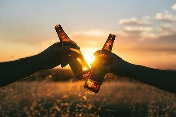 Beber cervezas artesanas y alicantinas