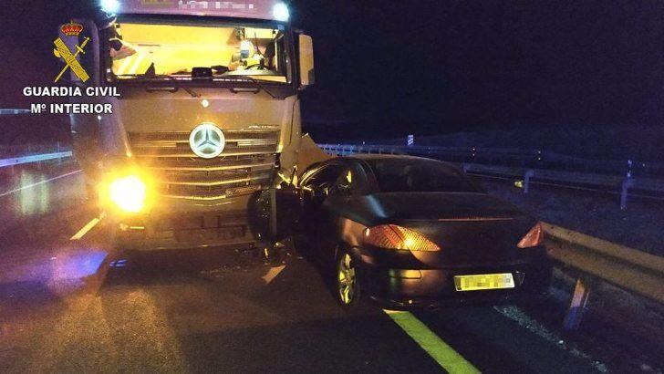 Un hombre de 62 años, bajo los efectos del alcohol, circuló con su vehículo 5 km en sentido contrario en la A-5 y choco con un camión