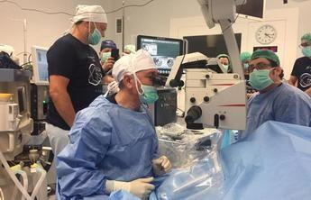 Un oftalmólogo del Hospital de Cuenca realiza una cirugía en directo durante un congreso