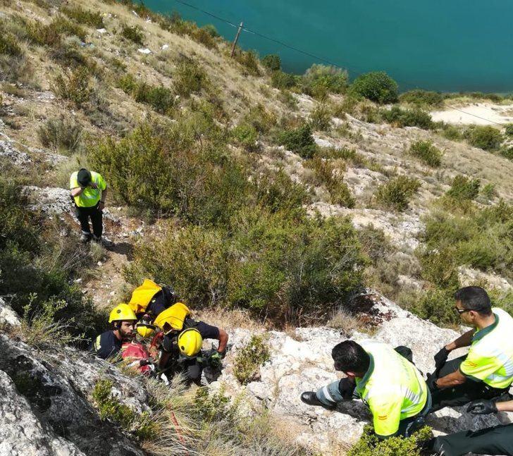 Imagen del rescate del cuerpo de la mujer que cayó al pantano.