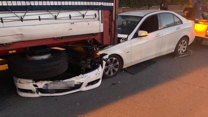Un conductor que dio positivo estrella su coche contra un camión estacionado, en Albacete