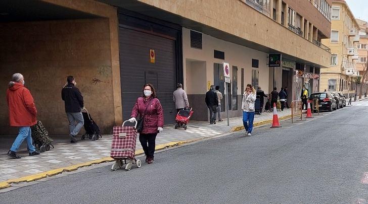 Colas en Albacete en las puertas de supermercados, tiendas de comestibles y panaderías