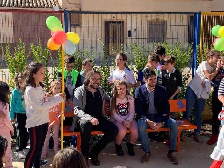 El Colegio de la pedanía de Santa Ana (Albacete) instala un 'Banco de la Amistad', para combatir la soledad escolar