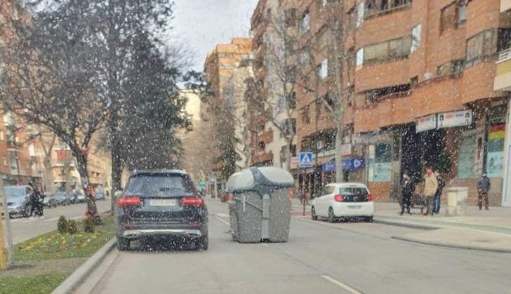 Esta imagen es de Albacete esta mañana, un contenedor en medio de la calzada en la Avenida de España
