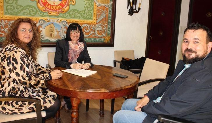 El Ayuntamiento de La Roda ratifica el convenio de colaboración con las mujeres empresarias de la localidad