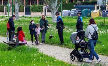 Imagen de archivo de reunión de personas en un parque