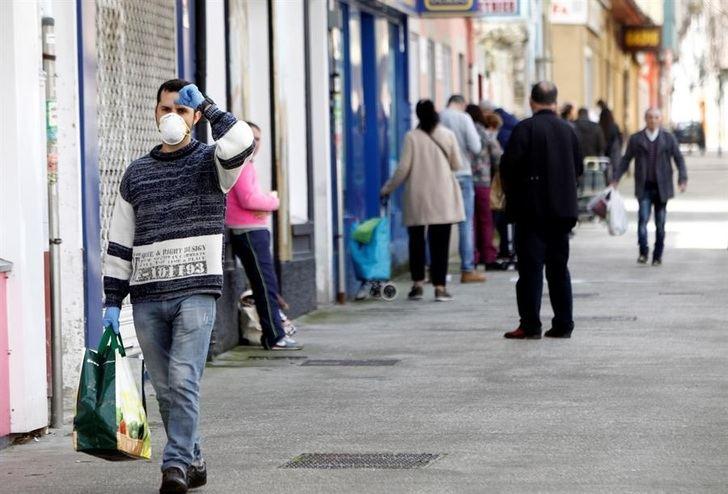 Imagen de archivo de gente en la calle durante la pandemia.