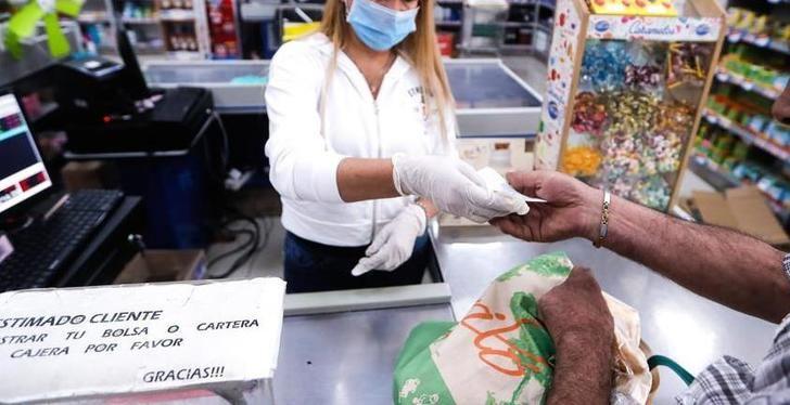 El coronavirus dura entre 1 y 2 días en la madera, ropa o vidrio y hasta 4 días en plástico y billetes