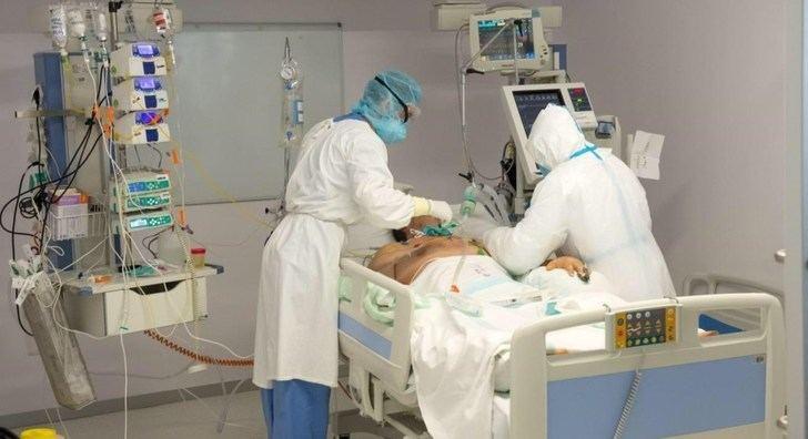 Una persona en la UCI de un hospital de Castilla-La Mancha.