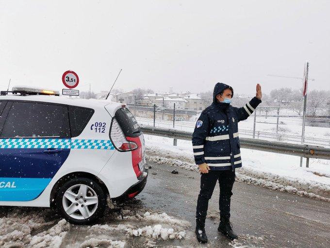 La Policía Local de Albacete abre el acceso a la ciudad por la carretera de Ayora tras la limpieza del hielo