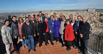 María Dolores de Cospedal junto a los alcaldes que acudieron al acto del PP en Toledo.