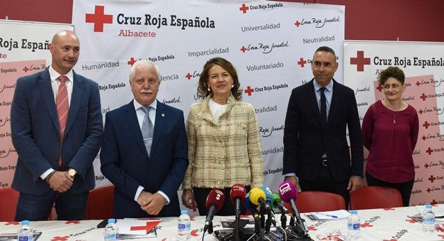 """Reconocimiento de la Junta en Albacete al trabajo """"invisible y visible a la vez"""" de Cruz Roja por las personas más necesitadas"""