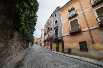 Muere un motorista en pleno centro de Cuenca al caerse de la moto que conducía en la subida al casco antiguo