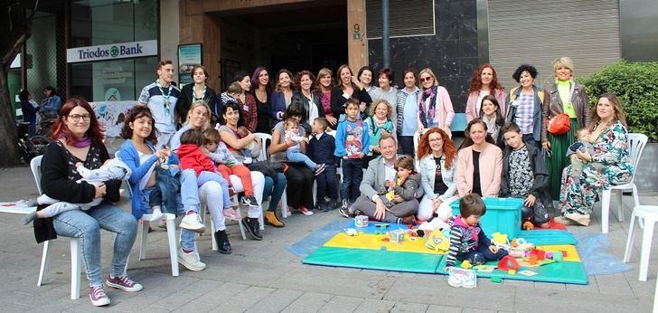 'Dame Teta' hace visible en la plaza del Altozano de Albacete su trabajo de apoyo a la lactancia materna
