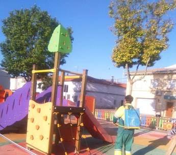 El Ayuntamiento de La Roda trabaja en la limpieza de zona de juegos y abre las bibliotecas