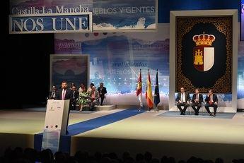 Page entregó la Medalla de Oro de la región a Juan Ramón Amores y a Manolo García, en el auditorio de Albacete