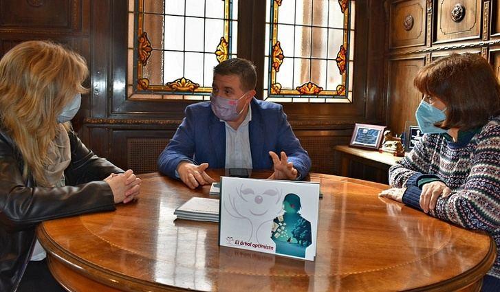 La Diputación de Albacete hará un segundo 'El árbol optimista' que el 'Doctor Cepillo' plantó en un grupo de jóvenes del IES 'Amparo Sanz'