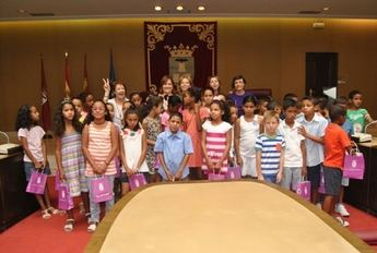 Los niños saharauis del programa 'Vacaciones en paz' visitaron el Ayuntamiento de Albacete
