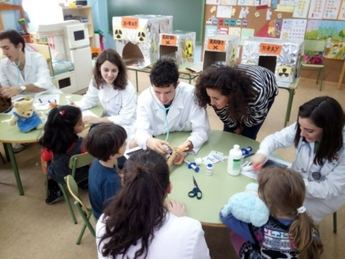 Los niños del Colegio José Serna participan en el programa 'Hospital Ositos de Peluche'