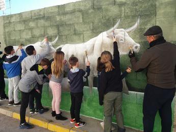 """El programa Agenda 21 en Elche de la Sierra elabora """"paredes con alma"""" por toda la ciudad"""