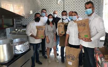 Un centenar de vecinos de Elche de la Sierra reciben los 'menús solidarios' del Ayuntamiento y Eurotoques