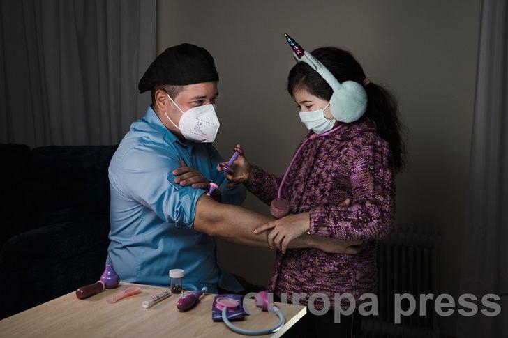 Elia juega junto a su padre, Rey Sotolongo, durante el confinamiento que mantiene en su casa de Campo de Criptana