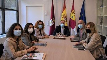 Emilio Sáez recibe a los representantes de la Asociación Desarrollo de Albacete