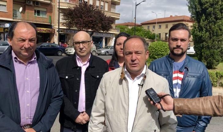 Emilio Sáez (PSOE) busca alternativas para mejorar el aparcamiento en el barrio de Fátima