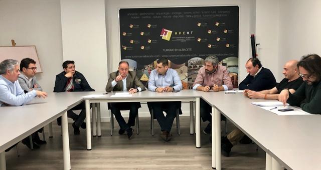 Emilio Sáez (PSOE) explica a los hosteleros de Albacete la idea de organizar un festival de música en la festividad de San Juan