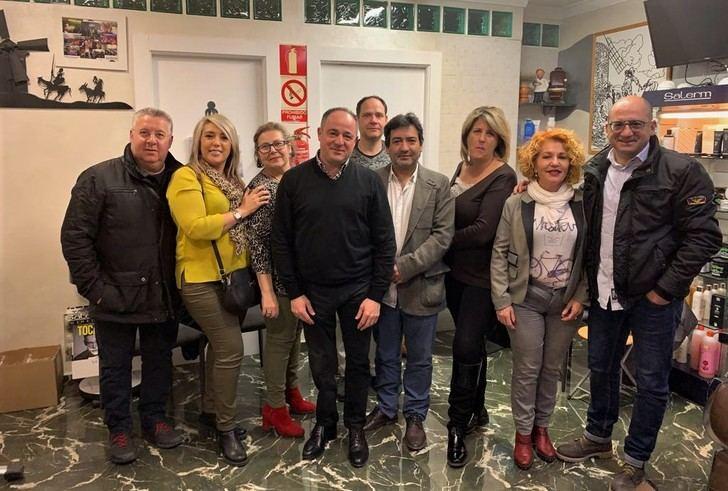 Emilio Sáez (PSOE) se reúne con los profesionales de la peluquería de Albacete