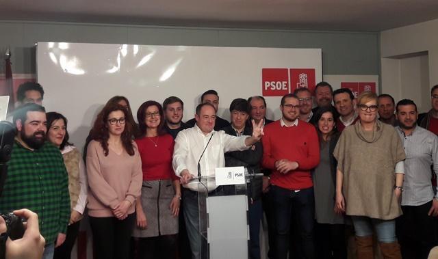 Emilio Sáez acompañado por alguno de los hombres y mujeres que estarán en la nueva ejecutiva del PSOE de Albacete