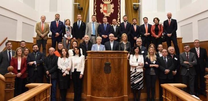 Page mantiene en las Cortes de Castilla-La Mancha, un encuentro con organizaciones ambientales, sindicatos, empresas, asociaciones y representantes de la Administración pública
