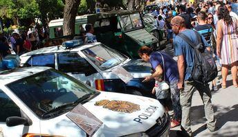 Exposición en la Feria de Albacete de coches clásicos de la Policía y la Guardia Civil