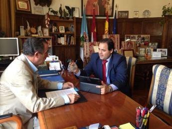 El presidente de la Diputación garantiza a los trabajadores de la planta de residuos de Hellín el mantenimiento de sus puestos de trabajo