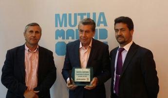 Manolo Santana recibe el homenaje del Club de Tenis Albacete con motivo del aniversario de su trofeo