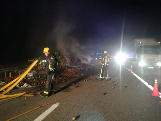 Se incendia un camión que transportaba naranjas en la A-3, en Honrubia (Cuenca)