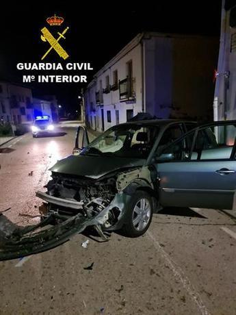 Detenido un hombre en Guadalajara por arrollar a agentes de la Guardia Civil y empotrar el coche contra una casa