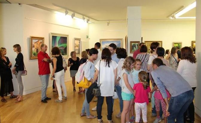 AMAC expone las fotografías de su calendario benéfico para 2018 en la sala de exposiciones de la Casa Perona