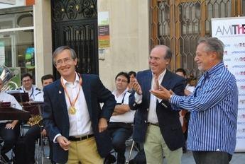 El periodista Emilio Martínez Espada recibe la medalla de oro de Amithe