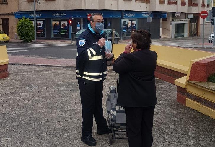 La Policía Nacional y Local de Hellín reparten 8.000 mascarillas higiénicas en zonas comerciales
