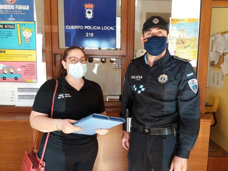 Una mujer entrega a la Policía 2.425 euros que se encontró en un bar de Moral de Calatrava (Ciudad Real)