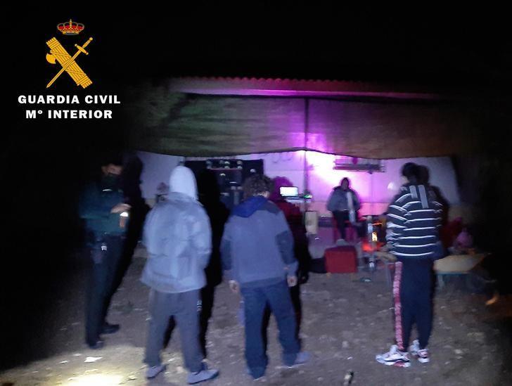 Disuelven una fiesta de 10 personas con alcohol y drogas en una casa de campo en Almansa (Albacete)